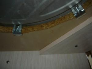 Фиксация зажимами мойки на столешнице