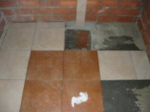 Начало укладки плитки в погребе