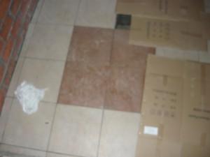 Укладка плитки на полу погреба вокруг центральной части