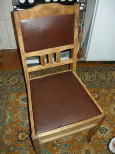 Старый деревянный стул из дуба