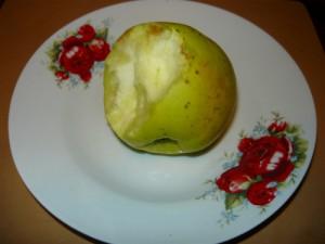 Остатки яблока на тарелке