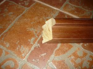 Отрезанный верхний конец косяка дверной коробки под углом 45 градусов