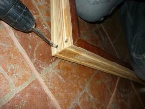 Вид на крепеж планок дверной коробки шурупами