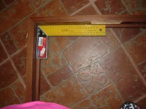 Проверка прямого угла у дверной коробки
