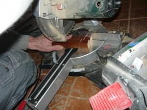 Вид на отпиливание куска деревянной рейки под углом 90 градусов