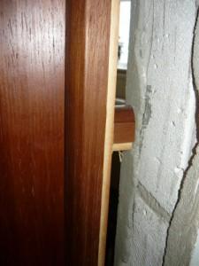 Фиксация брусочком дверной коробки