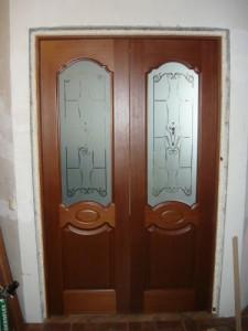 Вид на запененный проем между дверной коробкой и стеной