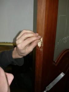 Выборка под плоскость обечайки замка при помощи стамески