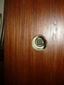 Вид на отверстие для вставки оси ручек замка