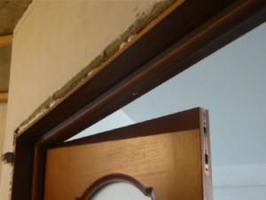 Установленный ригельный шпингалет на верхней части двери