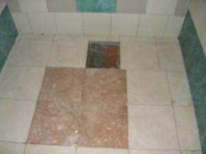 Выложенная плитка по сторонам подиума погреба