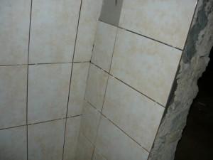 Укладка плитки в углу между стенами