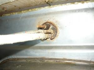 Вид на крепление крана на мойке с обратной стороны