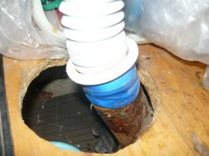 Вид на подсоединение слива с раковины к канализационной трубе