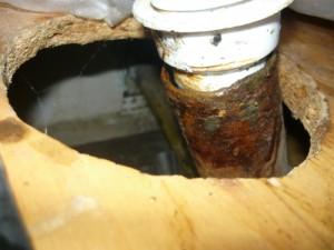 Щель в соединении между патрубком и канализационной трубой