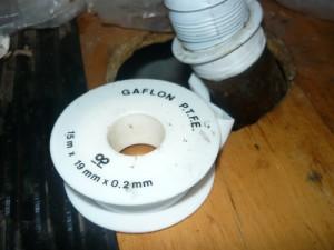 Посадка патрубка в отверстие с намотанной фум лентой