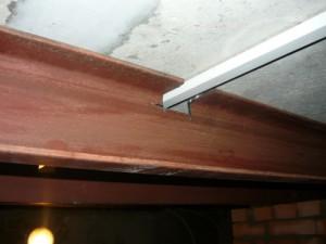 Пересечение металлической балки и кабель-канала