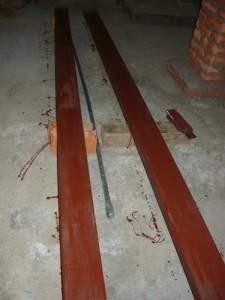 Покраска балок перед установкой на кирпичные тумбы