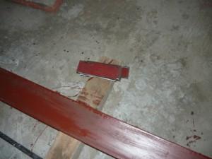 Металлические пластины, подготовленные для монтажа металлических балок