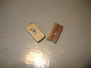 Два ползуна с просверленными отверстиями под нарезку резьбы