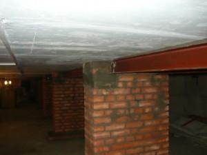 Монтаж металлической двутавровой балки на кирпичной тумбе