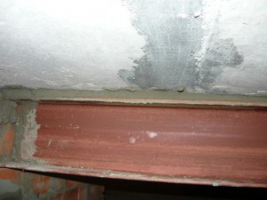 Заделка цементным раствором щели между металлической балкой и бетонной плитой