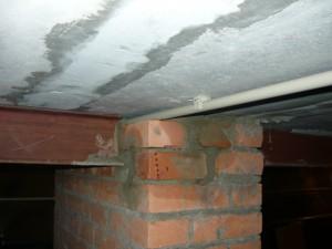 Заполнение узла стыковки металлических балок перекрытия кирпичем и цементным раствором