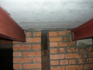 Вид на заделку металлических балок на разделенные тумбы