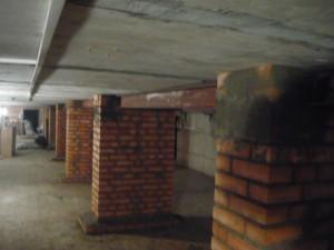 Вид на усиление перекрытий в подвале металлическими балками на тумбах