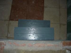 Вид на ступеньки со стороны входа в погреб