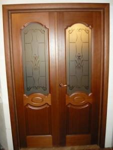 Установленная деревянная двухстворчатая дверь