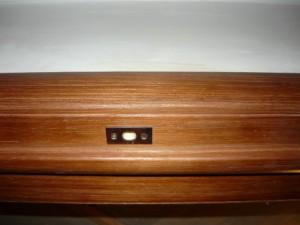 Вид на закрепленную накладку для фиксации шпингалета