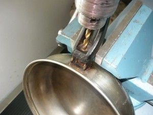 Высверливание крепежного винта из ручки сковородки