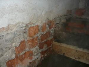Очищенное место у ступенек до самого кирпича