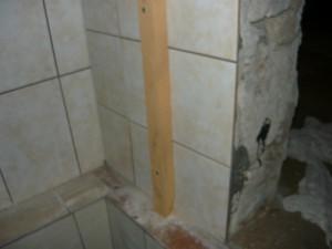 Вид на прикрепленную рейку к боковой стене при входе в погреб