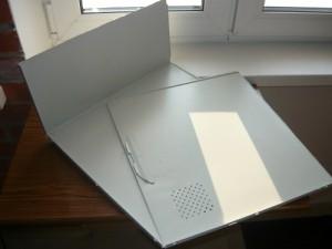 Разрезанная крышка от компьютера