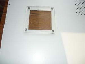 Смонтированный кусок оргстекла на крышку компьютера