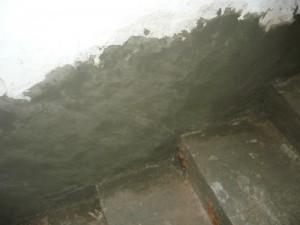 Замазывание проблемных мест на стенах цементным раствором