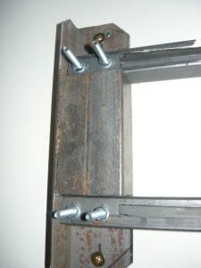 Пробный монтаж левой стороны светильника на стену