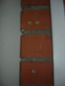Вид на отверстия на кирпичной стене