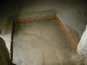Вид на отделку кирпичем краев углубления за входом в подвале