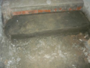 Вид на углубление перед лобавленной ступенькой лестницы
