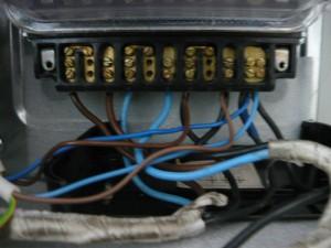 Вид на подключенные провода для электросетей на 380 и 220 В