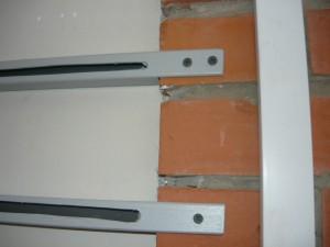 Монтаж покрашенных профилей на кирпичную стену