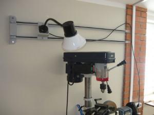 Смонтированный светильник на стене над станками