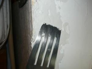 Выравнивание шпаклевки по поверхности косяка оконного проема