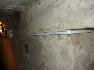 Монтаж кабель-канала сразу через угол в подвале