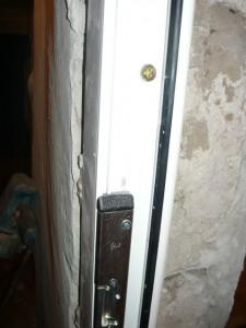 Фиксация дюбель-гвоздем двери справа