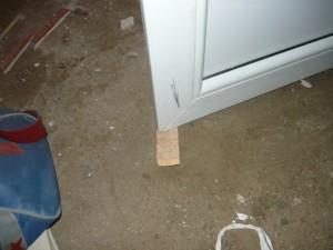 Фиксация двери при помощи щепки в открытом положении