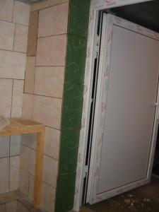 Выложенный плиткой косяк дверного проема